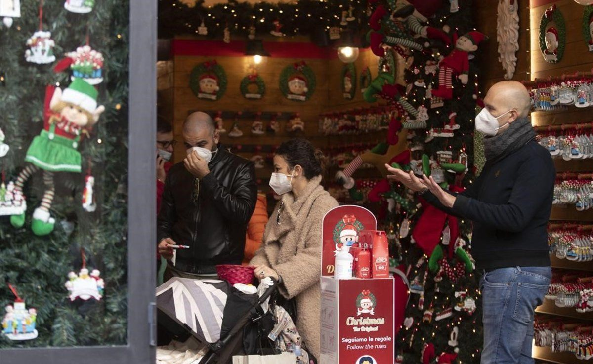 Primeras compras navideñas en la vía del Corso, en Roma.