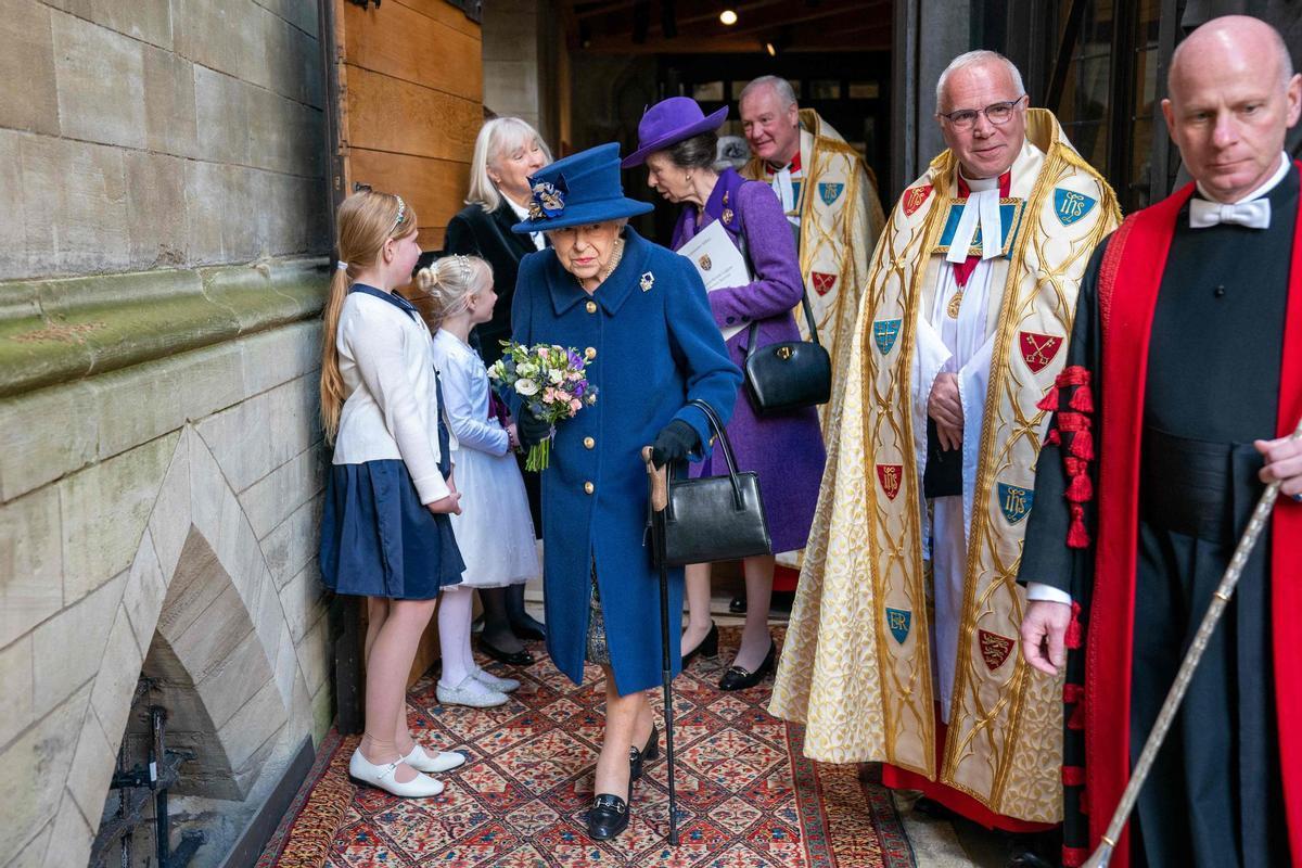 La reina Isabel II de Inglaterra, acompañada de su hija Ana, en la abadía de Westminster, este martes.