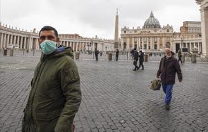 Un ciudadano con mascarilla en la plaza de San Pedro del Vaticano tras la confirmación del primer caso de coronavirus en el Vaticano.