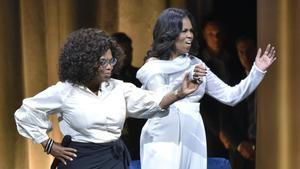 Michelle Obama, con Oprah Winfrey, en la promoción de libro.