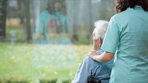 Una anciana enferma de Alzheimer y su cuidadora.