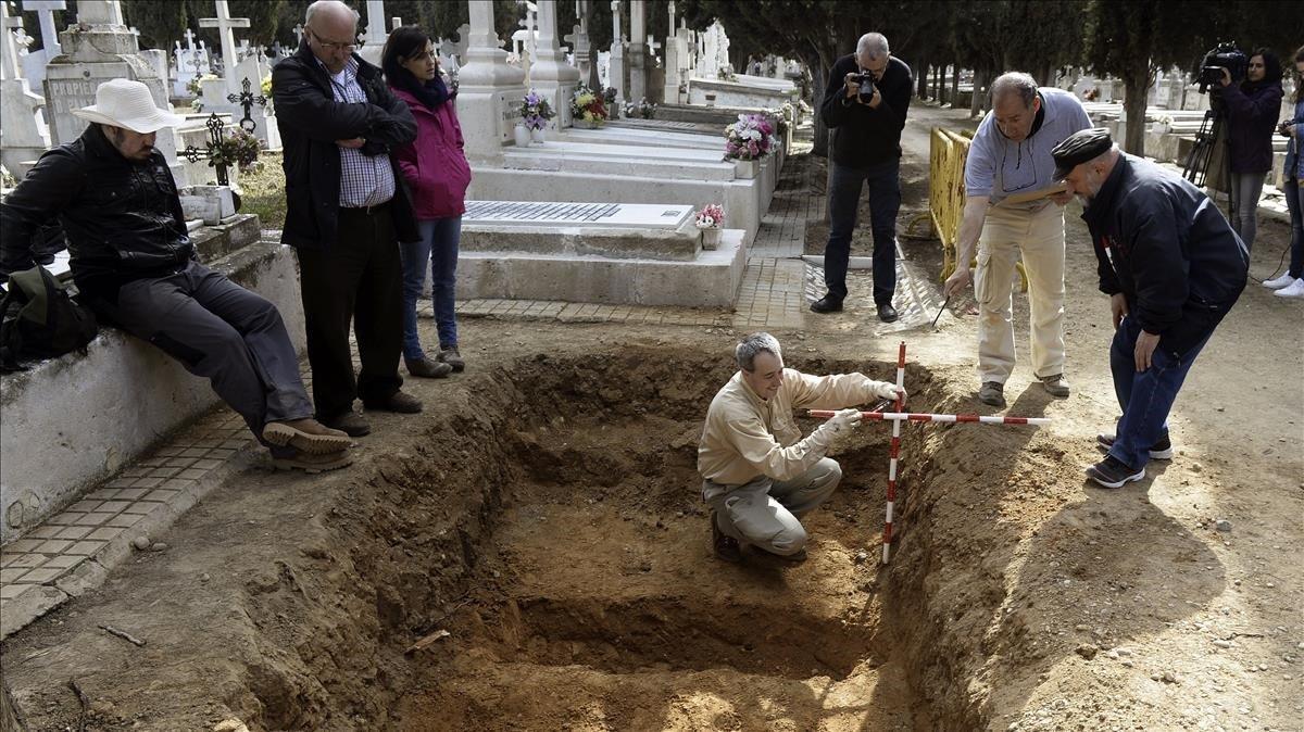 Trabajos de excavación en busca de víctimas de la guerra civil, en Sevilla.