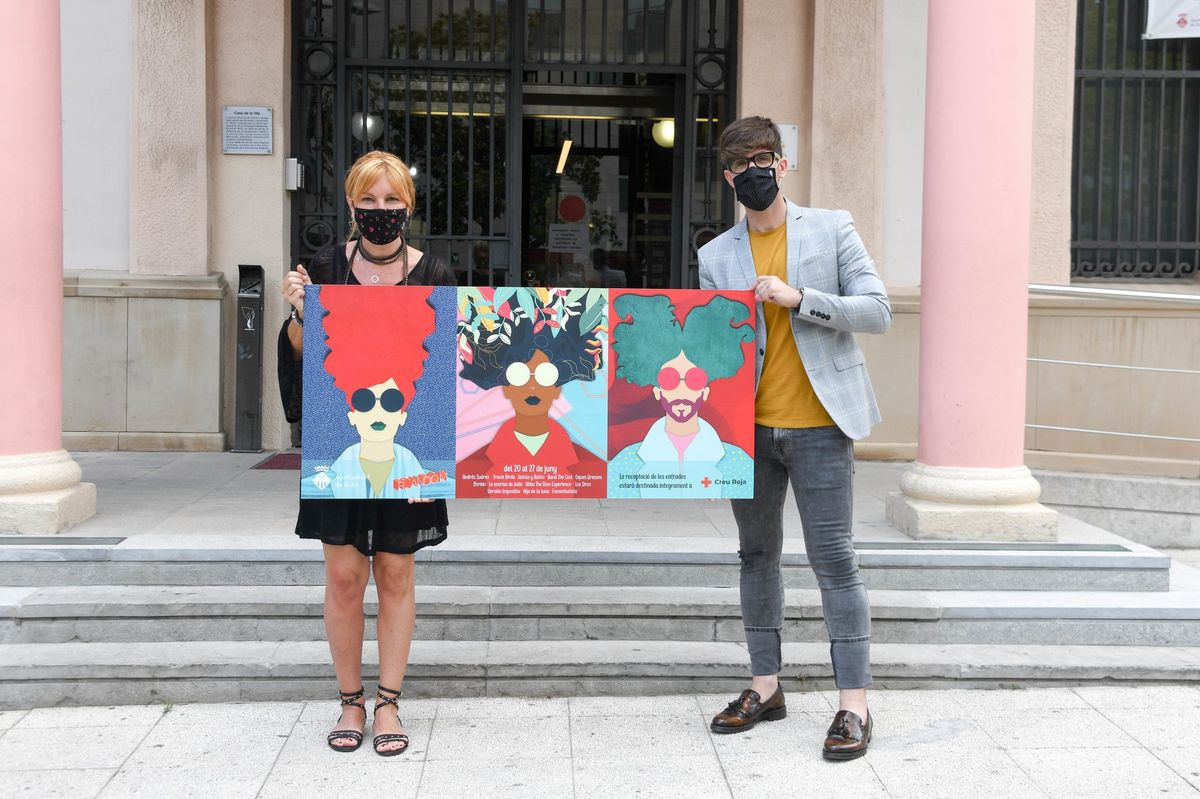 La alcaldesa de Rubí, Ana María Martínez Martínez, y el concejal de Promoción y Dinamización Cultural, Moisés Rodríguez Cantón, con el cartel del festival