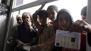 Yemeníes esperan para recibir la ayuda alimentaria de sus familias  romper el ayuno diario del Ramadán.