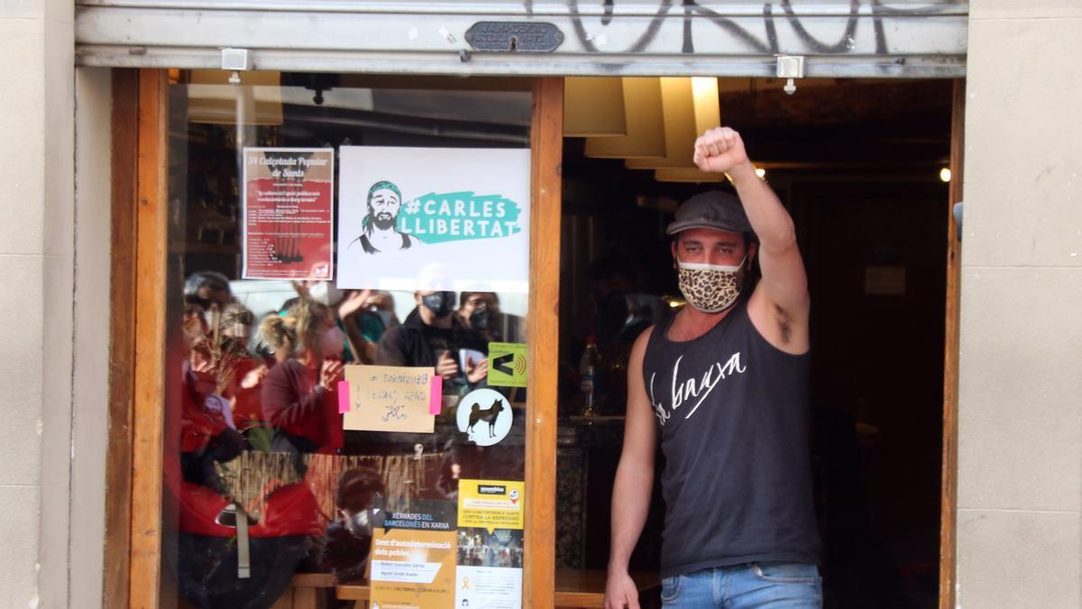 Sants celebra l'alliberament del veí arrestat durant les protestes