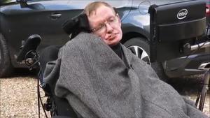 El físic Stephen Hawking s'uneix a la campanya de l'Ice Bucket Challenge', i la seva família es mulla per la causa.