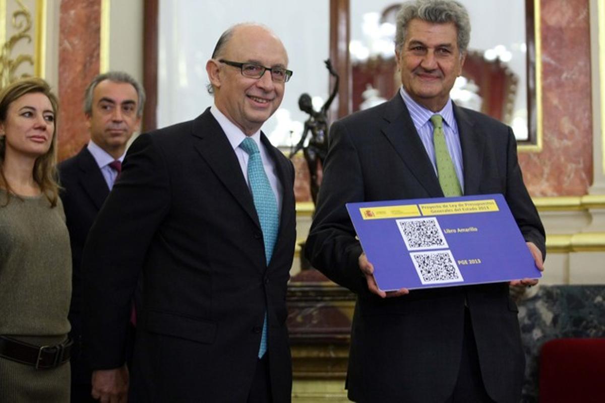 El ministro de Hacienda, Cristobal Montoro, ha presentado en el Congreso de los Diputados los presupuestos del Estado al Presidente del Congreso, Jesus Posadas.
