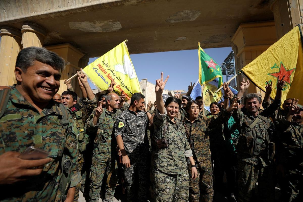 Miembros de las milicias sirias celebrando la reconquista de la ciudad de Raqqa
