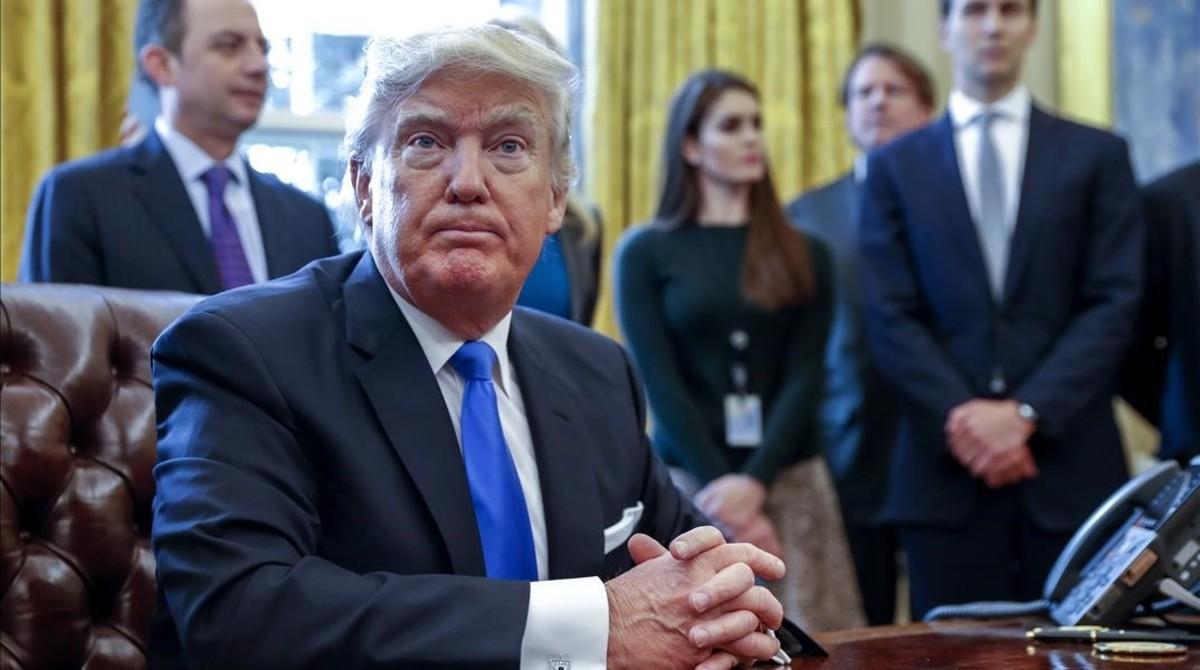 Trump, tras firmar una de las cinco órdenes ejecutivas relacionadas con la industria de oleoductos, en la Casa Blanca, este martes.
