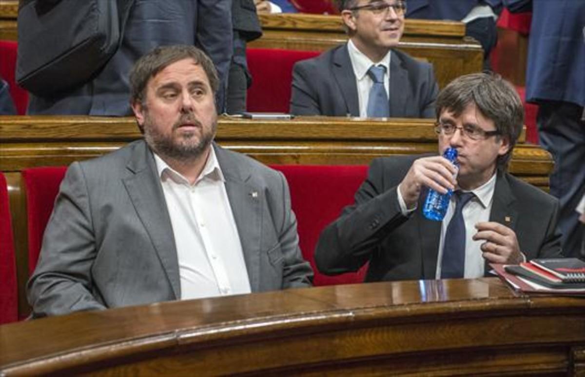 El 'president' Puigdemont y el vicepresidente Oriol Junqueras,en el Parlament.