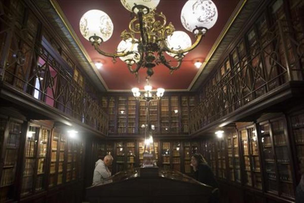 Impresionante sala de lectura de la Biblioteca Arús, construida en 1895.