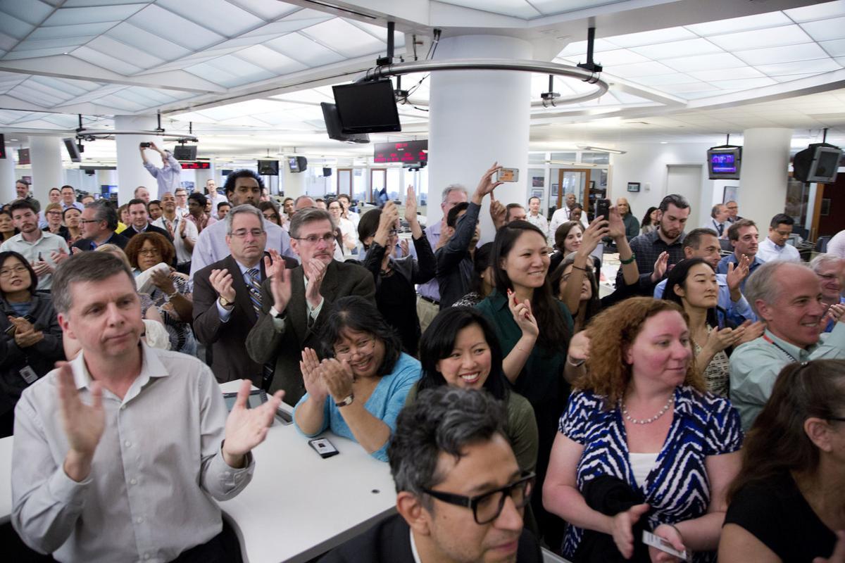 Periodistas de la agencia AP celebran el premio Pulitzer al servicio público, en la redacción en Nueva York.