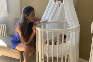 Ona Carbonell, junto a la cuna de su hijo, Kai, una de las imágenes que ha compartido con  sus seguidores