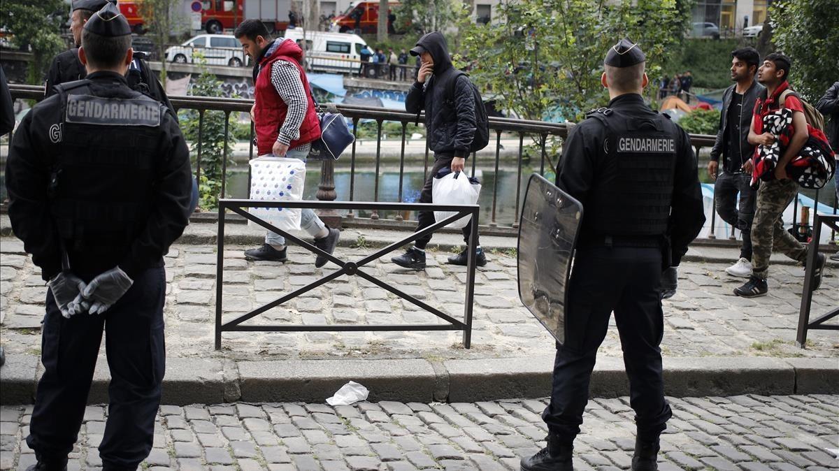 Macron promet doblar el nombre de policies a França