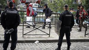 Unos gendarmes patrullan en un calle del centro de París.