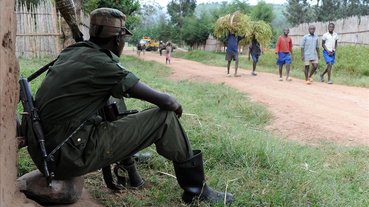 Un miliciano vigila una carretera en Nyamilima, en Kivu del Norte, al este de la República Democrática del Congo.
