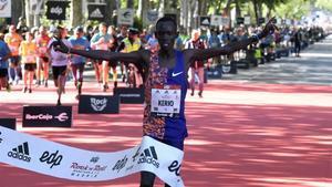 El atleta keniano Reuben Kerio gana este sábado la 42ª edición de la media maratón masculina de Madrid.
