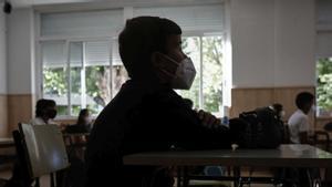 Un niño con mascarilla en el Colegio Privado Alameda de Osuna en el primer día del curso escolar 2020-2021 en Madrid, el 7 de septiembre de 2020.