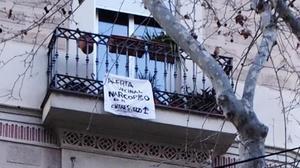 Pancarta en un balcón del 163 de Tamarit, hace unos días.