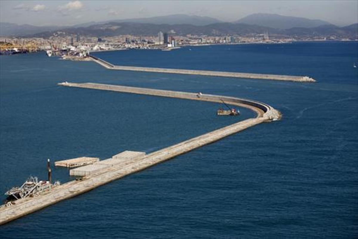 El dique Est del puerto de Barcelona, al fondo, en cuya construcción se cometieron presuntas irregularidades.