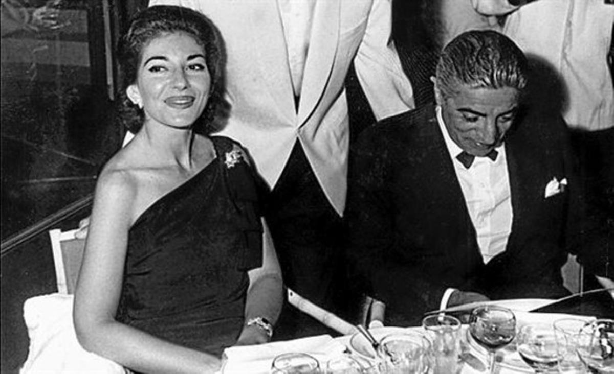 Maria Callas y Aristóteles Onassis. En la silueta, Audrey Hepburn.