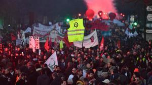 Miles de personas se manifiestan contra el plan de reforma de las pensiones del Gobierno francés en la 43° jornada de protestas.