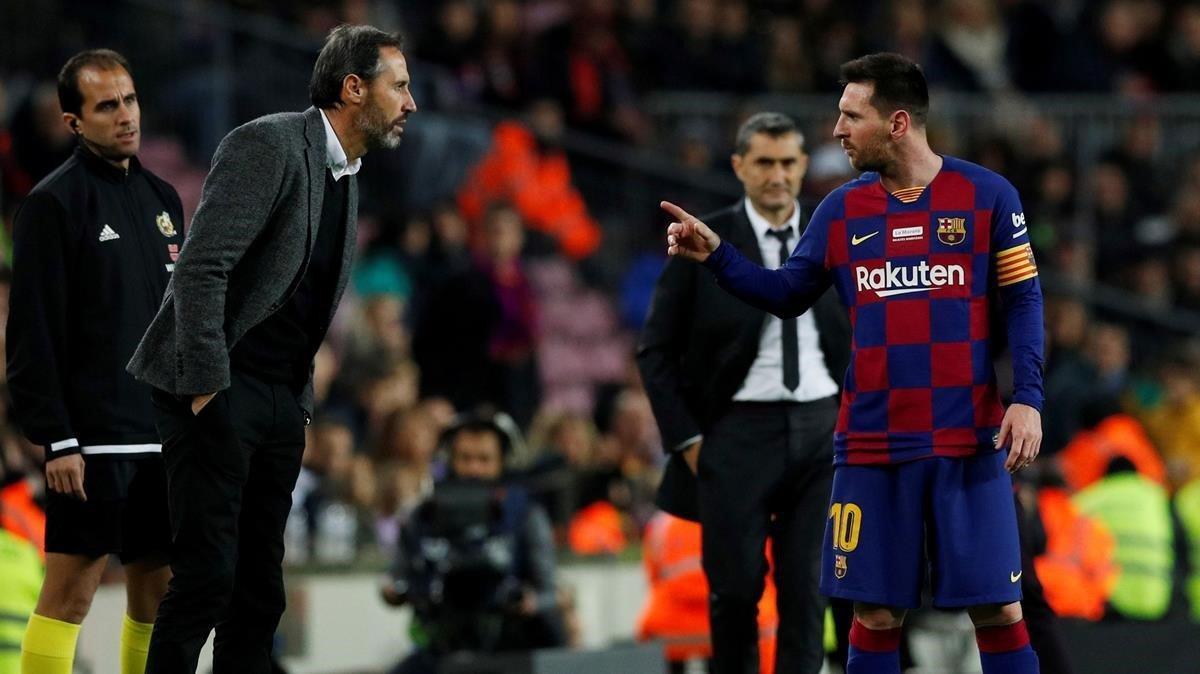 Vicente Moreno y Leo Messi discuten durante el Barça-Mallorca de la primera vuelta.
