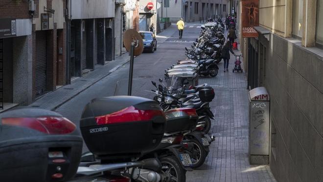 Barcelona se toma su tiempo para echar a las motos de las aceras
