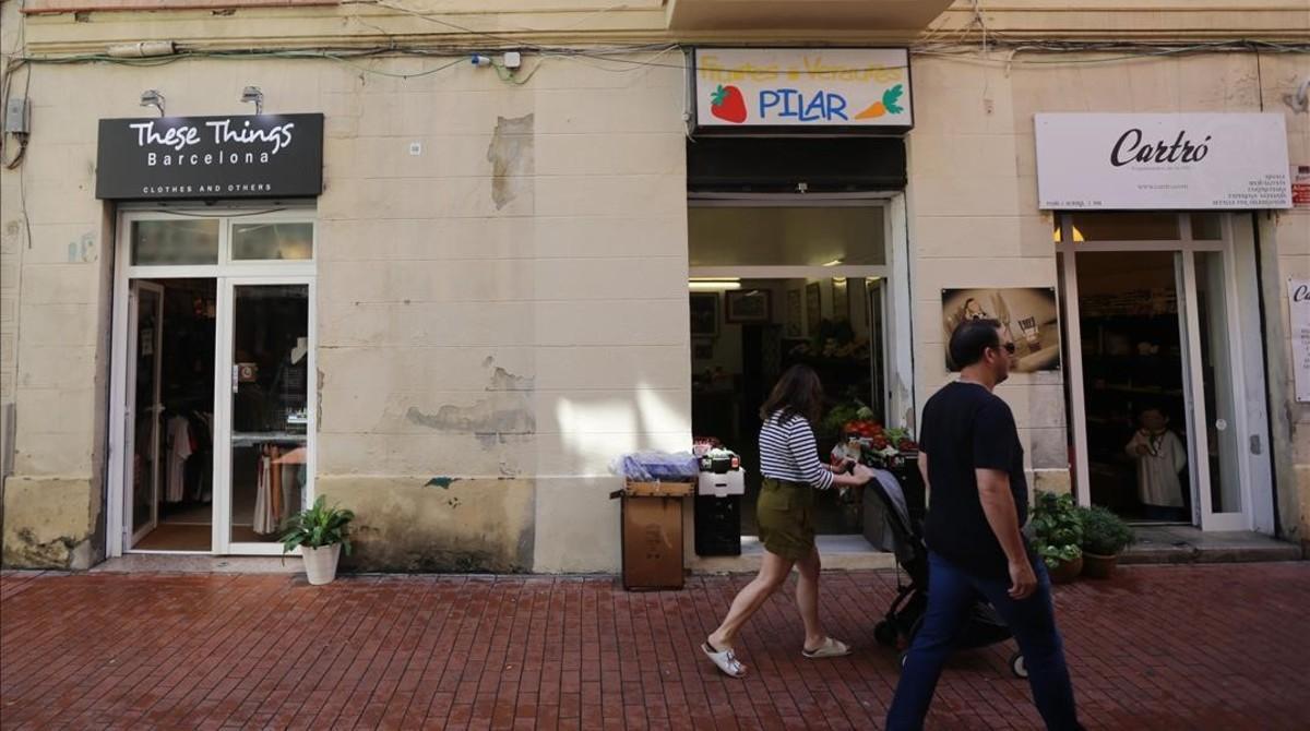 La frutería de Pilar, junto a una tienda de ropa en inglés.