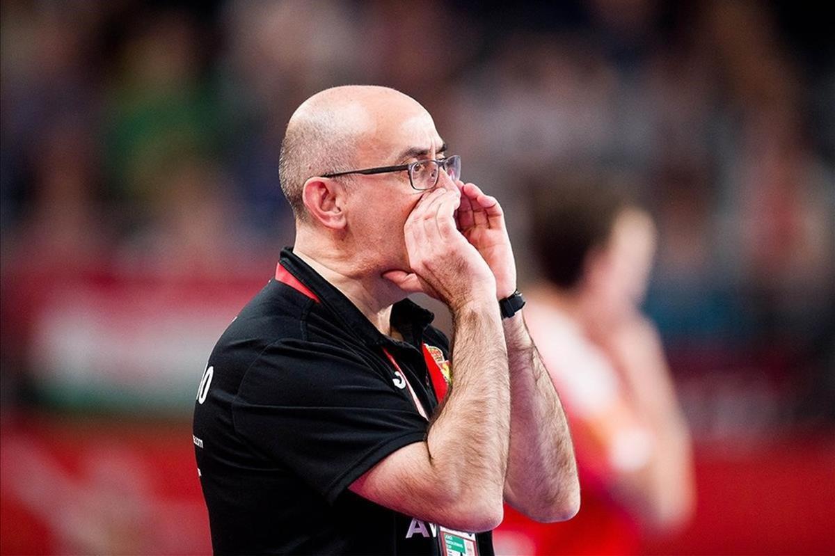 Jordi Ribera dando instrucciones durante el europeo 2020.