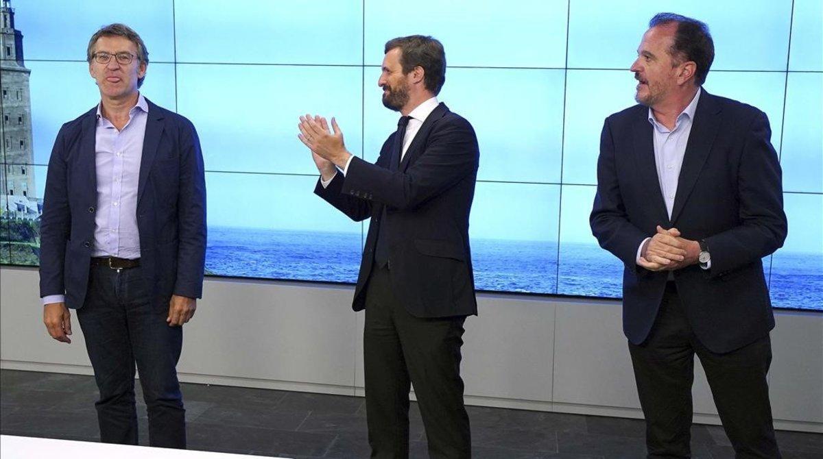 El presidente del PP Pablo Casado durante la reunión del ComitéEjecutivo Nacionaldel PP saluda al recién electo por la Xunta de Galicia Alberto Nuñez Feijoo y al candidato por el PP Vasco Carlos Iturgaiz