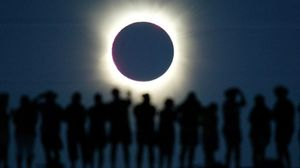 Unos turistas observan un eclipse solar total en Australia, en el 2002.