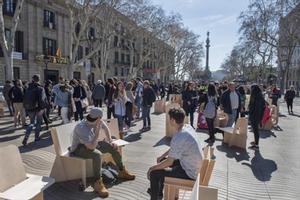 Diálogo 8Sillas de madera de diseño instaladas, ayer, en la Rambla por iniciativa de Elisava, para facilitar la comunicación entre turistas y vecinos.