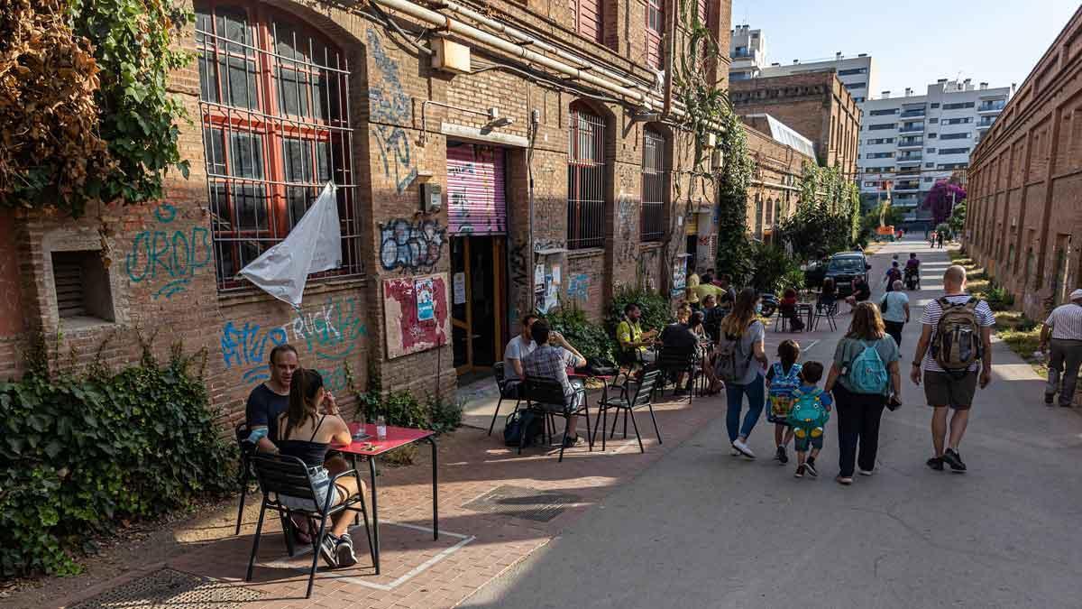 Ambiente en la calle 11 de juny, fecha en la que el vecindario 'tomó' el recinto ahora hace 10 años.
