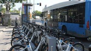 Almeida asegura que la línea de EMT que rodeará Centro comenzará el 15 de septiembre. En la foto, una estación de Bicimad, en Madrid.