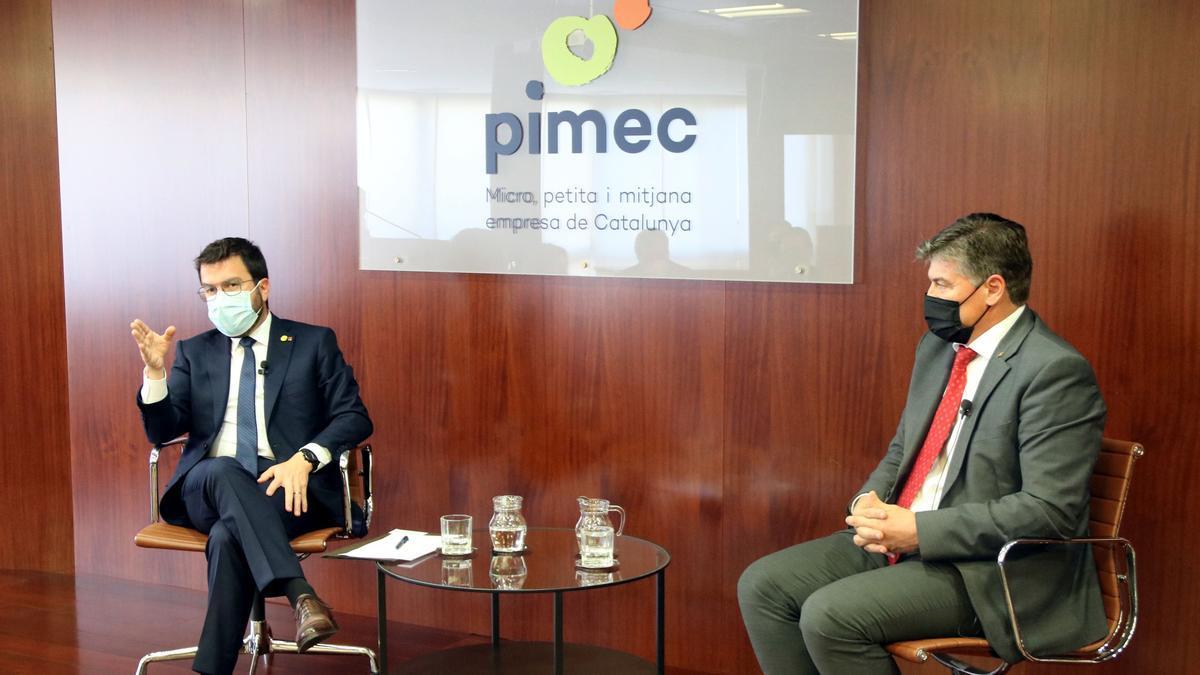 Pla mitjà del president de la Generalitat, Pere Aragonès, en el Comitè Executiu de PIMEC amb el president de la patronal, Antoni Cañete. Imatge del 8 de juny de 2021. (Horitzontal)