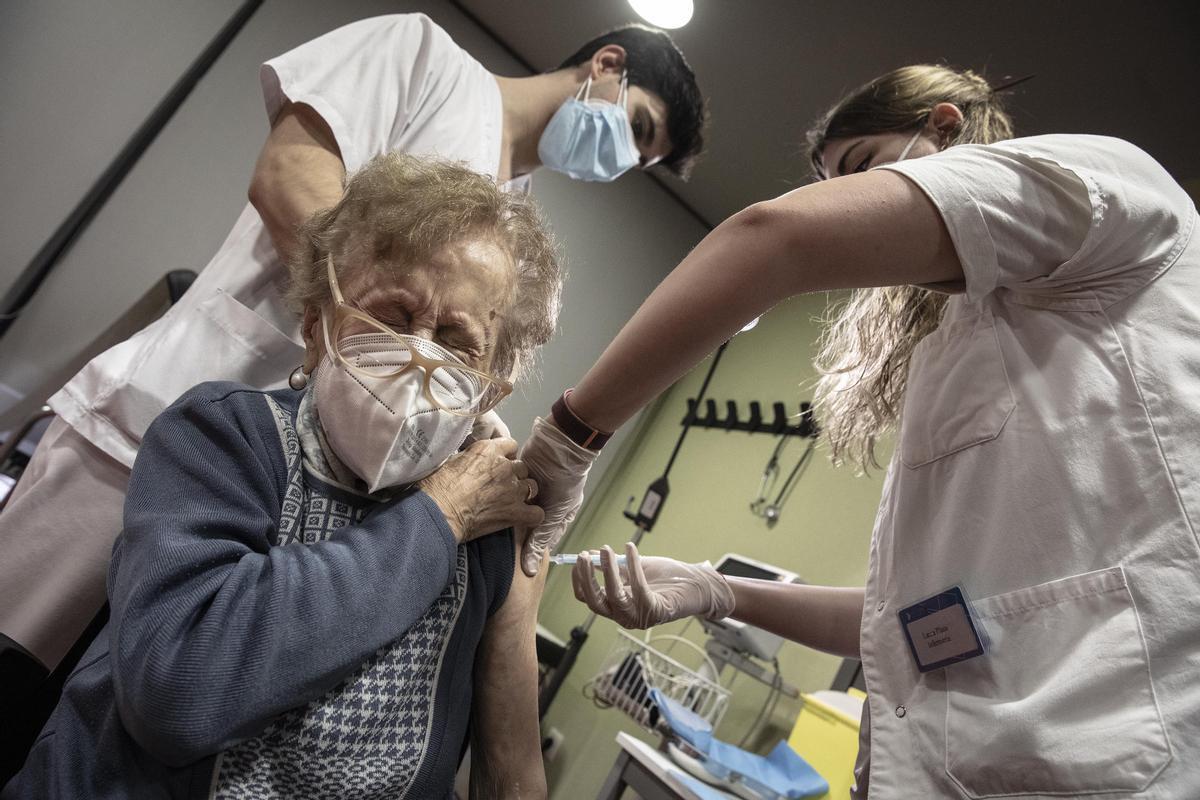 Vacunación a mayores de 80 en el CAP Bordeta Magòria, el 23 de febrero.