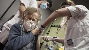 «El meu avi s'ha vacunat»: Twitter s'omple d'imatges de l'esperada punxada