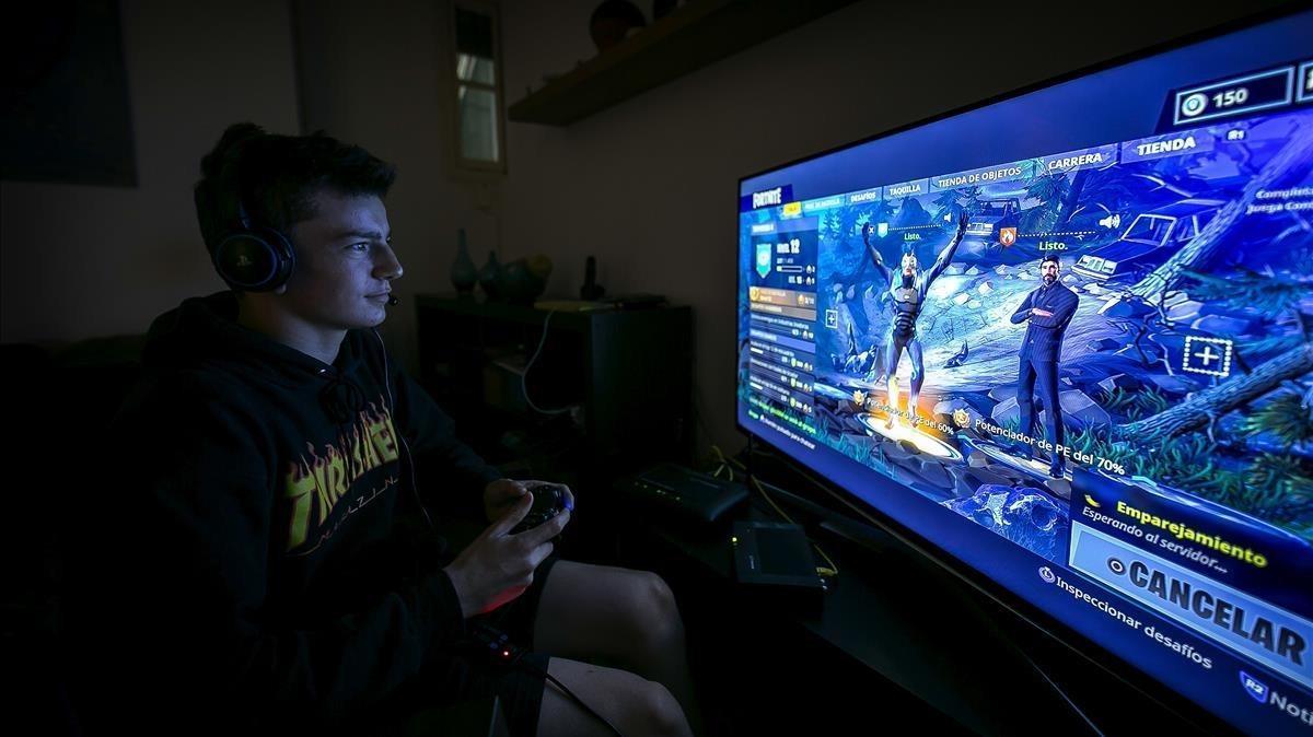 Joan juega a Fortnite, videojuego de supervivencia y mundo abierto que causa furor.