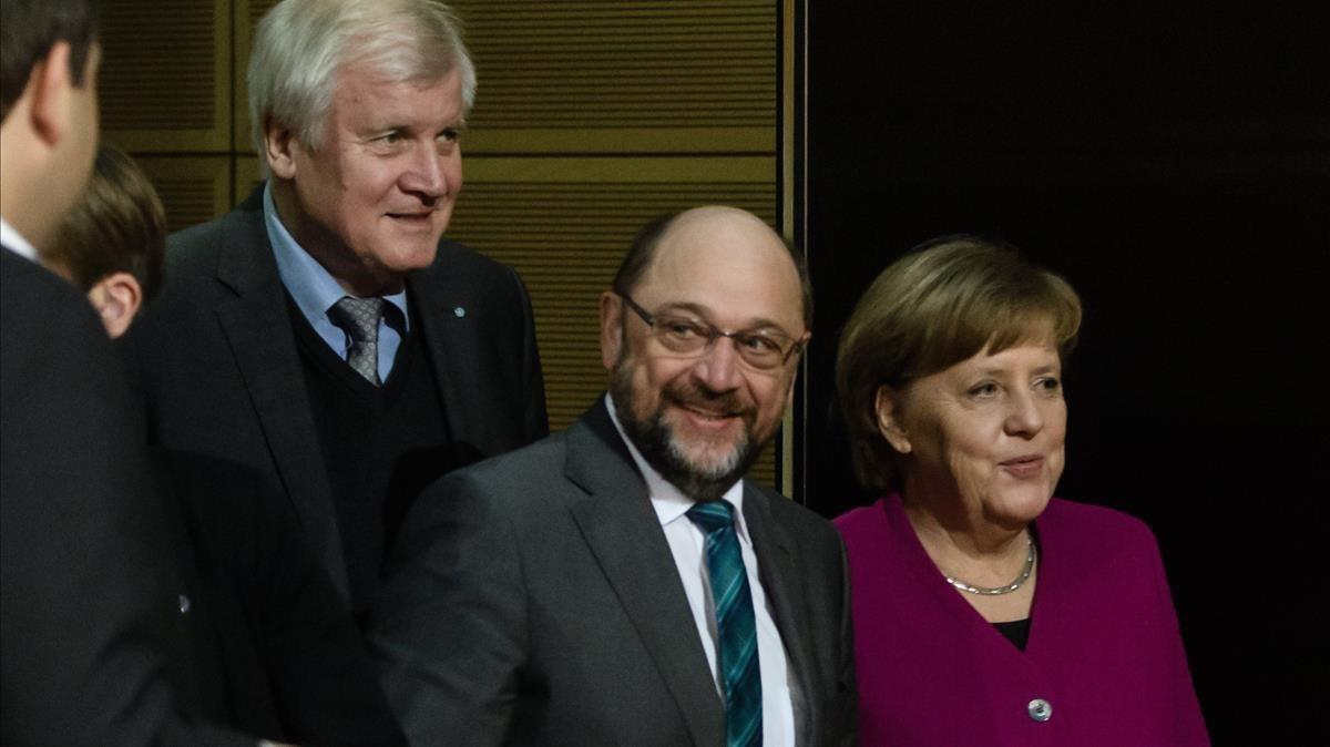 Merkel (derecha), junto a Schulz (centro) y Horst Seehofer, presidente de la CSU, durante la reunión en la sede del Partido Socialdemócrata (SPD) en Berlín, el 2 de febrero.