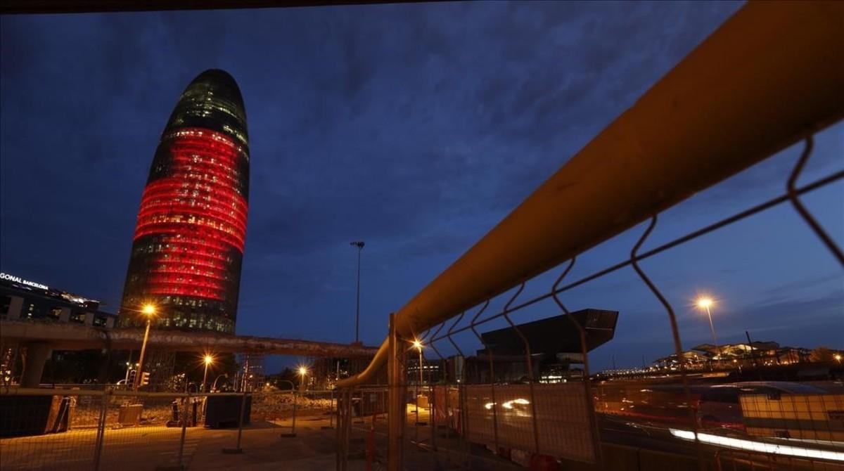 Vista nocturna de la Torre Glòries (antes Agbar) de Barcelona.