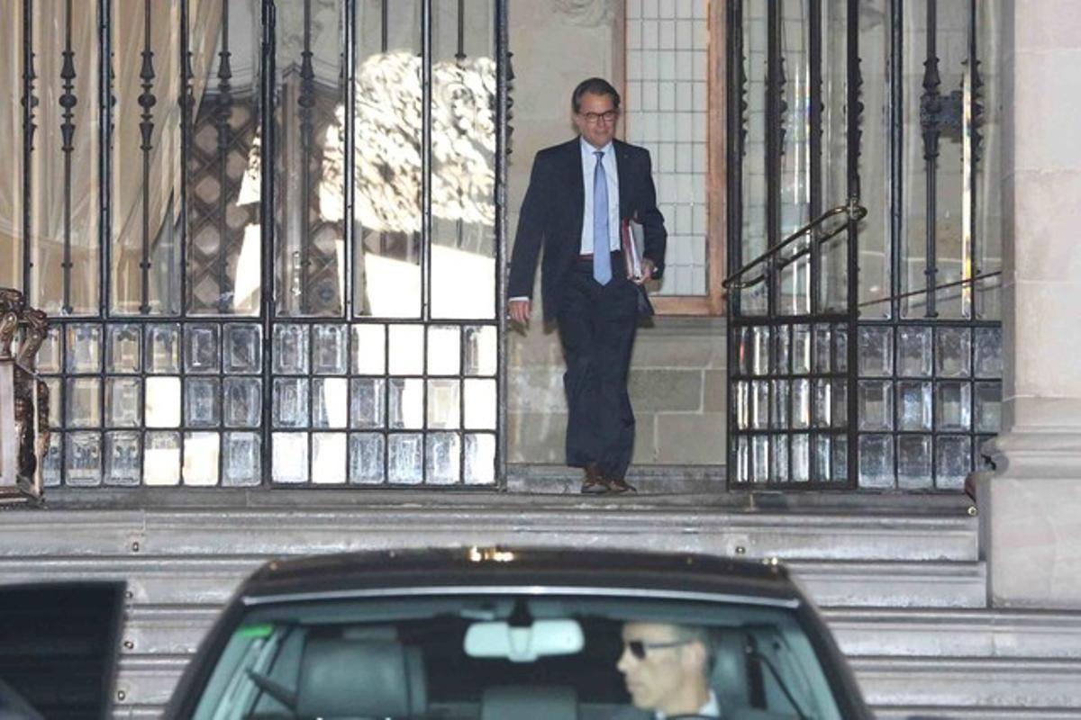 El 'president' Artur Mas saliendo del Palau de la Generalitat, este martes 14 de julio.