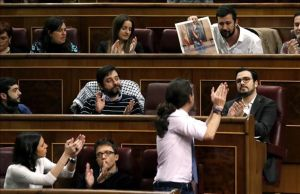 Los diputados de Podemos apluden la intervención de Antonio Gómez Reino.