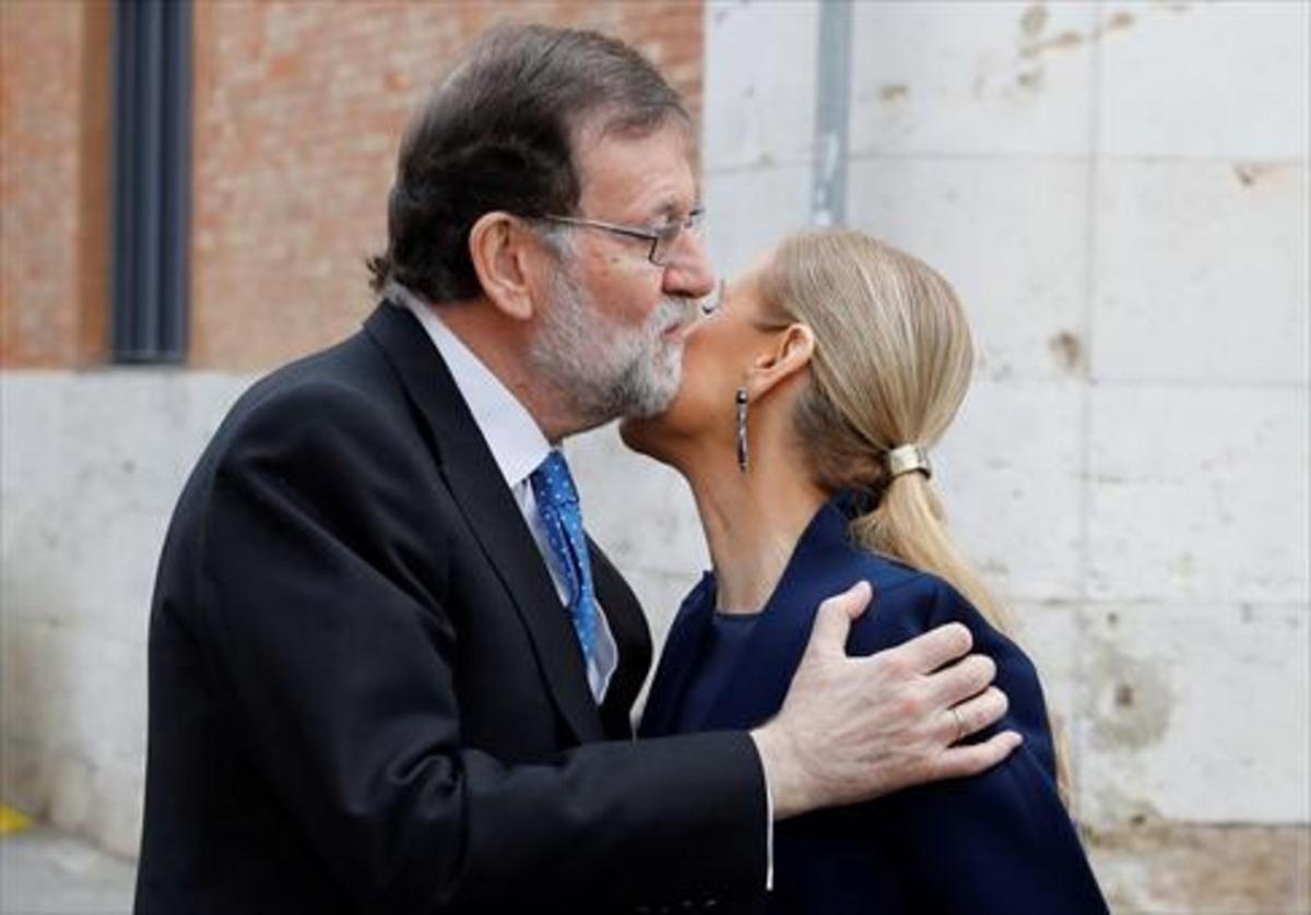 Mariano Rajoy saluda a Cristina Cifuentes, el lunes, en la Universidad de Alcalá de Henares.