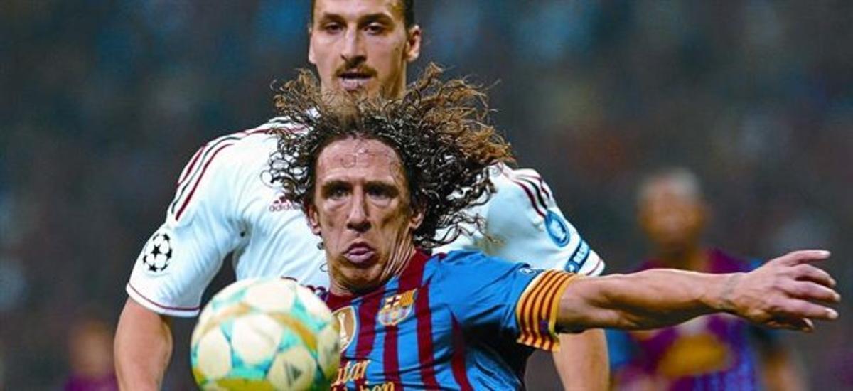 Puyol, que realizó otro gran partido, protege el balón ante el acoso de Ibrahimovic.