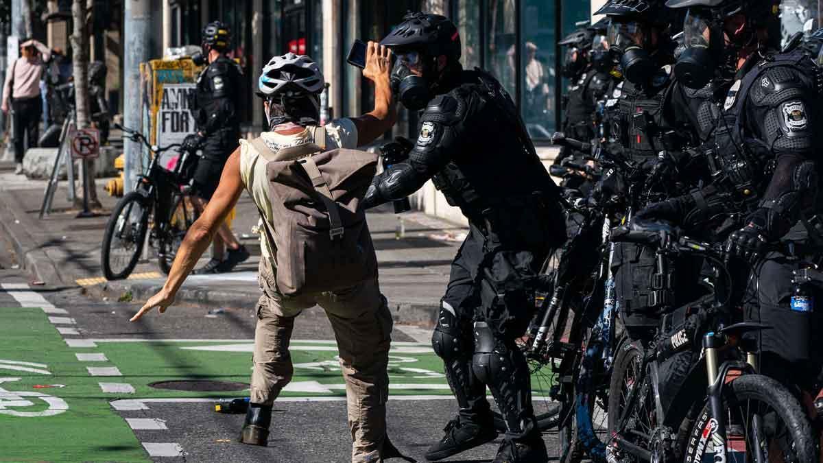 Las protestas contra Trump en Seattle se saldan con 45 detenidos. En la foto, un policía empuja a un manifestante durante los disturbios.