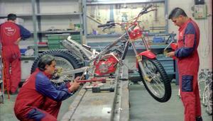 Dos operarios de la fábrica de Gas Gas en Salt (Girona) montando una motocicleta de trial.