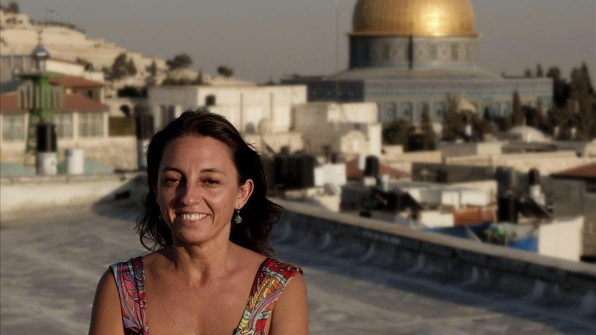 Ana Alba en Jerusalén, con la cúpula de la mezquita de Al Aqsa, al fondo.