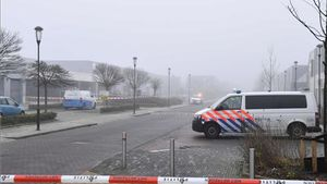 Servicios de emergencia en el lugar de pruebas de coronavirus donde se ha producido la explosión en Bovenkarspel.