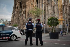 Dos Mossos d'Esquadra patrullan cerca de la Sagrada Família.